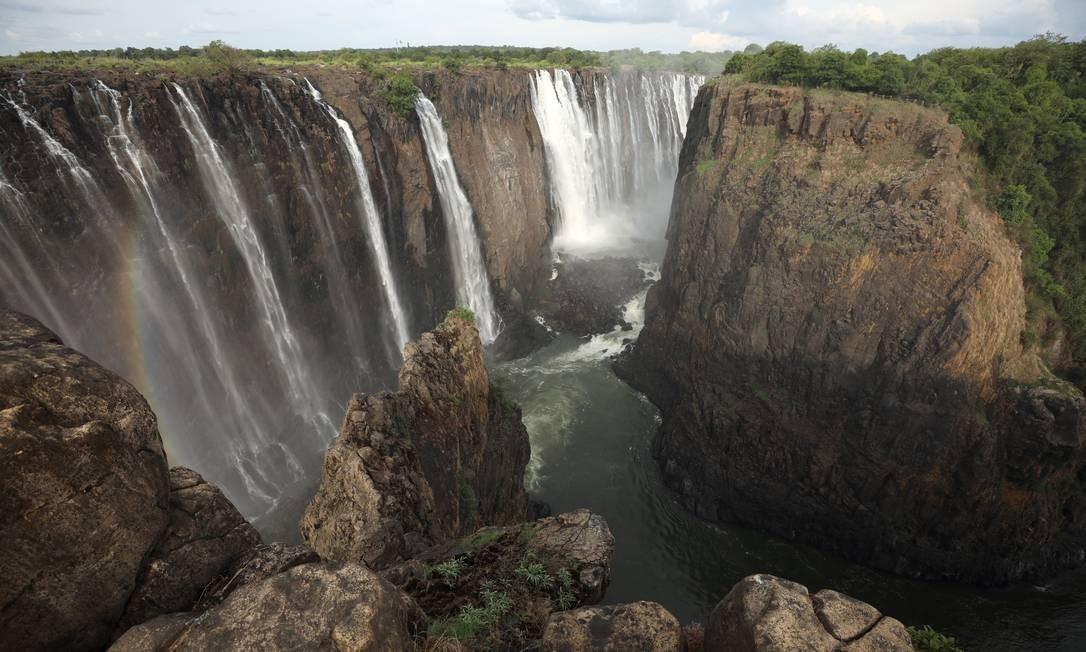 Em foto de 17 de janeiro, as águas do rio Zambezi caem de uma altura de 100 metros na fronteira entre Zâmbia e Zimbábue, no Sul da África, formando as Victoria Falls (Cataratas de Vitória). A paisagem atrai turistas do mundo todo Foto: STAFF / REUTERS