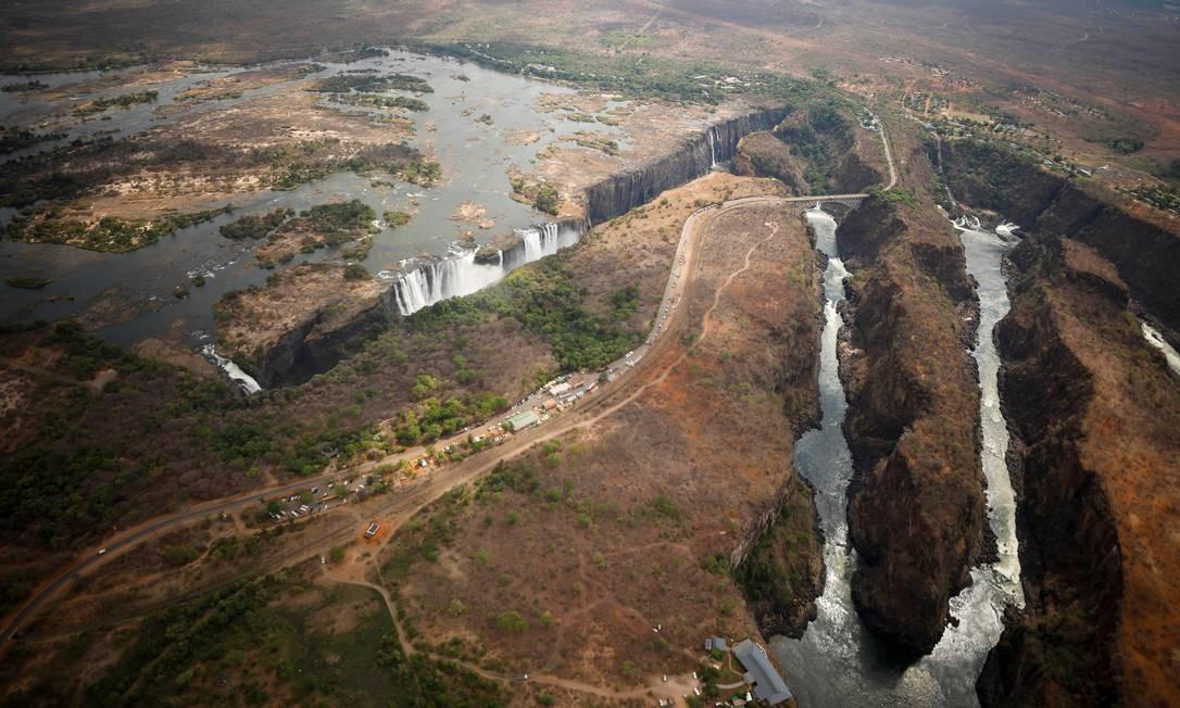 As Cataratas Vitória vistas do ar durante uma seca prolongada do lado do Zimbábue, em 5 de dezembro Foto: MIKE HUTCHINGS / REUTERS