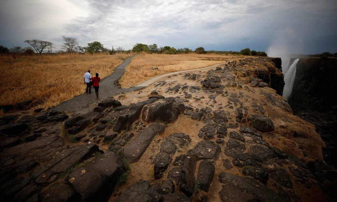 Visitantes caminham ao longo de uma passarela durante uma seca extrema perto da Victoria Falls, em 4 de dezembro Foto: STAFF / REUTERS