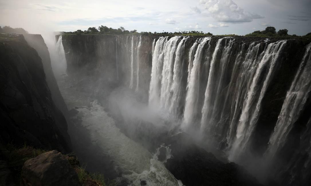As cataratas vistas do mesmo ângulo, em 17 de janeiro 2019. A água derrama volumosa sobre as margens da Victoria Falls Foto: STAFF / REUTERS