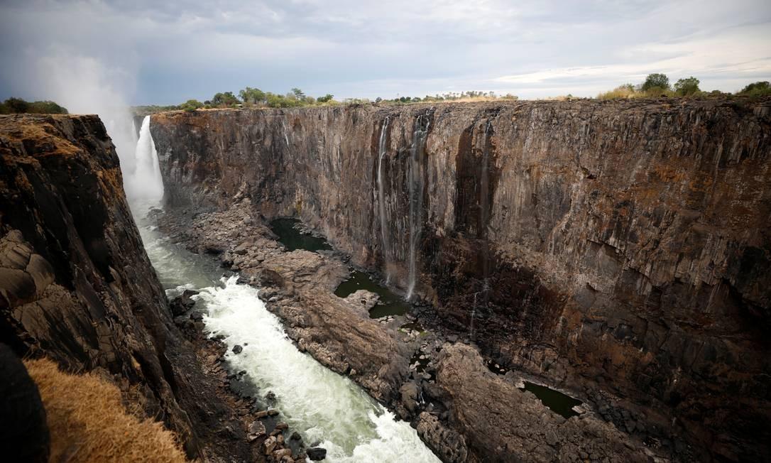 Alimentadas pelo rio Zambezi, as Victoria Falls (Cataratas de Vitória), na fronteira entre Zâmbia e Zimbábue, no Sul da África, enfrentam a pior seca já registrada na região em um século. Paisagem, antes marcada pela queda d'água de tirar o fôlego, se tranfromou num grande abismo seco Foto: STAFF / REUTERS