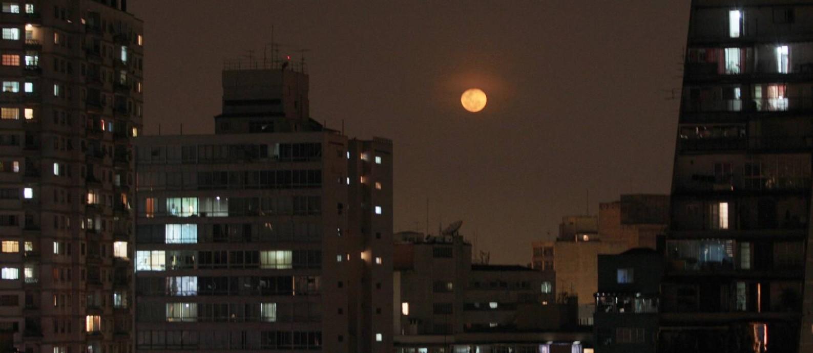 Lua cheia na cidade em Bela Vista, centro da cidade Foto: Michel Filho / Agência O Globo