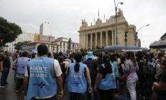 Funcionários da Saúde protestaram nesta quinta-feira durante sessão no TRT que determinou arresto das contas municipais Foto: Domingos Peixoto / Agência O GLOBO