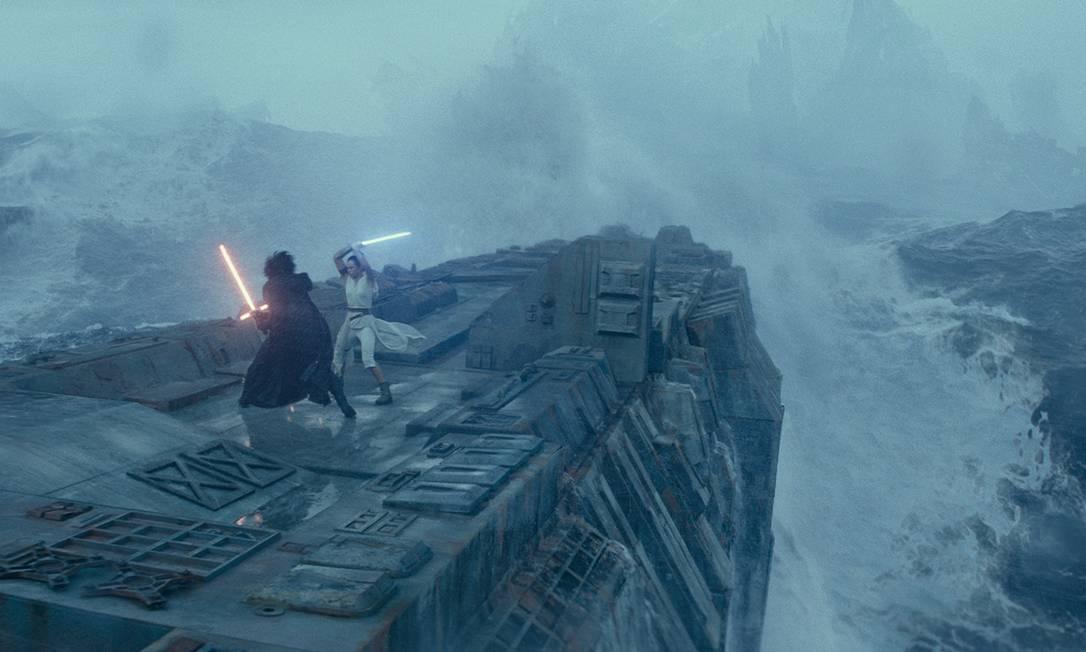 """Luta entre Kylo Ren (Adam Driver) e Rey (Daisy Ridley) em cena de """"Star Wars: Ascensão Skywalker"""", que estreia na quinta-feira i Foto: Lucasfilm Ltd. / Divulgação"""