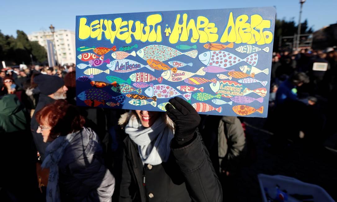 """Manifestante com cartaz participa de manifestação convocada pelo grupo intitulado """"Sardinhas"""". Movimento tem como principal alvo Matteo Salvini Foto: YARA NARDI / REUTERS"""