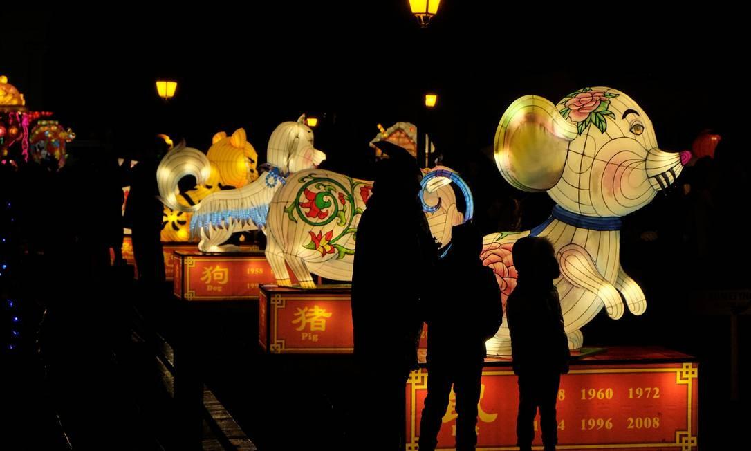 Animais signos do horóscopos chinês retratados na forma de lanternas. Em sequência: rato, porco, cachorro e tigre Foto: Ints Kalnins / Reuters
