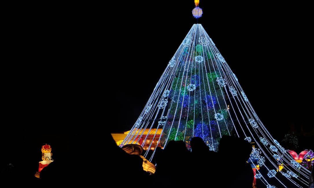 Espetáculo, tradicionalmente, marca o fim do ano do calendário chinês – no dia 25 de janeiro – está em cartaz na Lituânia, como parte dos festejos natalinos Foto: INTS KALNINS / REUTERS