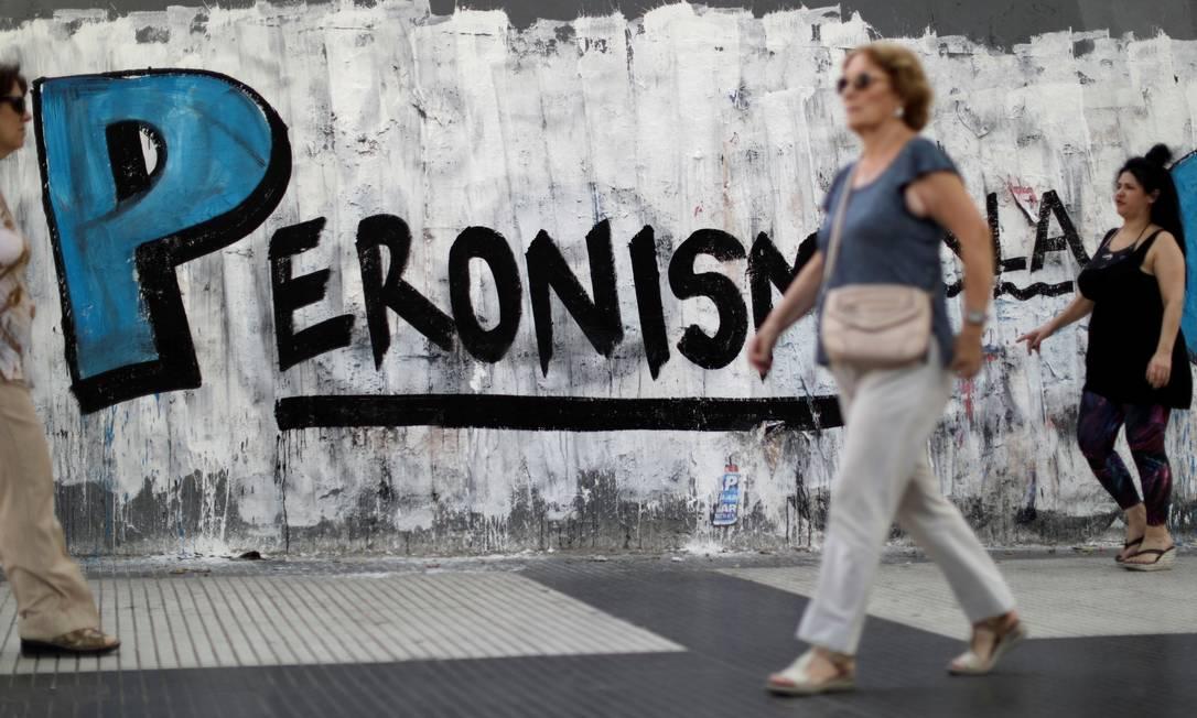Novo governo argentino vai taxar gastos com produtos e serviços em dólar, como passagens aéreas e reservas de hotéis no exterior Foto: Ueslei Marcelino / Reuters