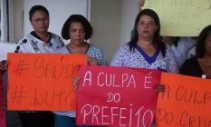 Funcionários do hospital Albert Schweitzer protestam contra falta de pagamento e más condições de trabalho Foto: FABIANO ROCHA / Agência O Globo