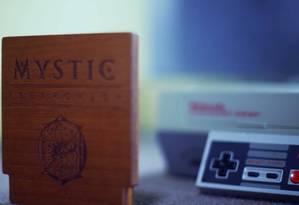"""O cartucho artesanal de """"Mystic Searches"""", um dos títulos lançados nos EUA no segmento de novos games para plataformas já obsoletas Foto: Divulgação / Divulgação"""