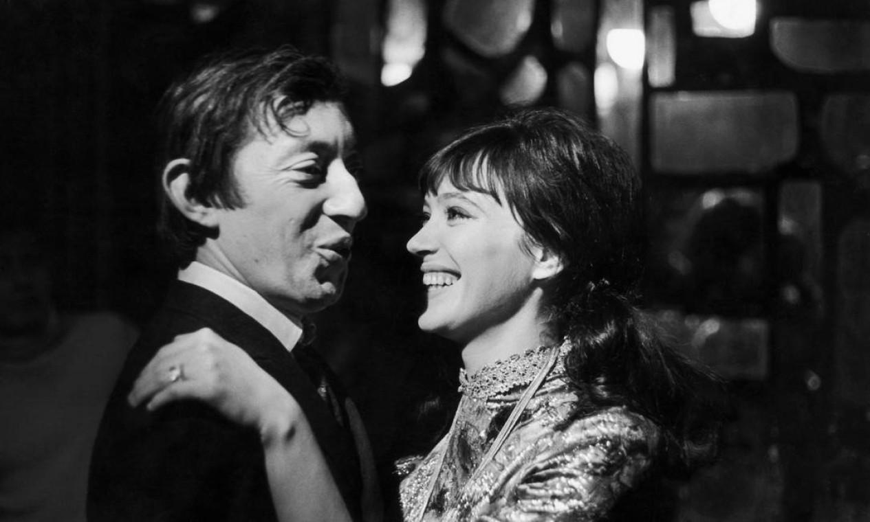 Anna Karina e o cantor Serge Gainsbourg cantam 'Sous Le Soleil Exactement' em Paris, 1966 Foto: Keystone-France/Gamma-Keystone