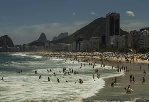Cariocas aproveitaram o domingo de sol forte nas praias da cidade Foto: Guito Moreto / Agência O Globo