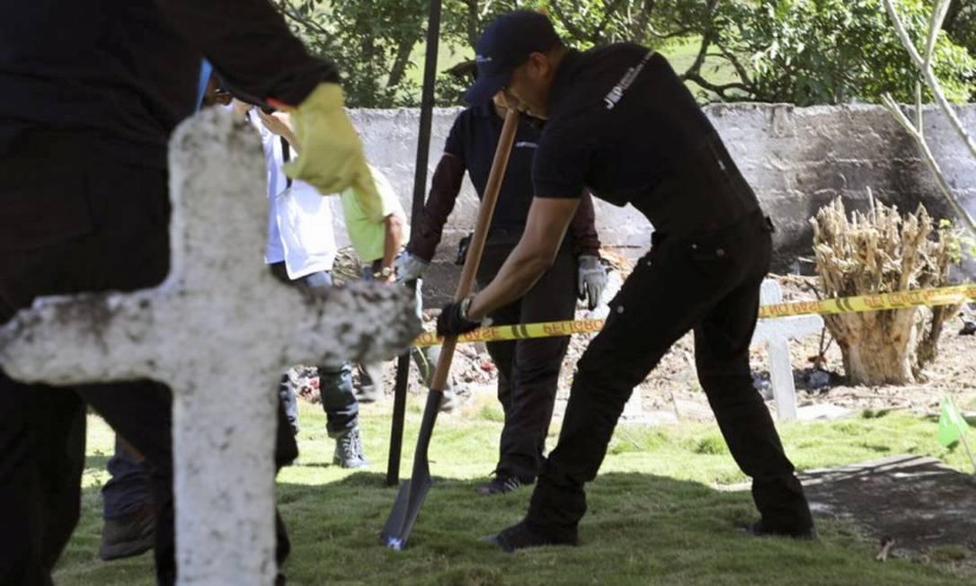 Corpos são exumados no cemitério católico de Dabeiba Foto: HO / AFP