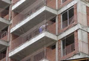 Trabalhador em obra de construção civil no Rio de Janeiro Foto: Domingos Peixoto / Domingos Peixoto/3-12-2019