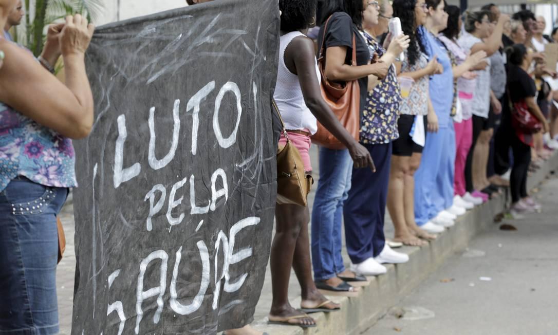 Protesto na porta da emergência do Albert Schweitzer Foto: Domingos Peixoto / Agência O Globo