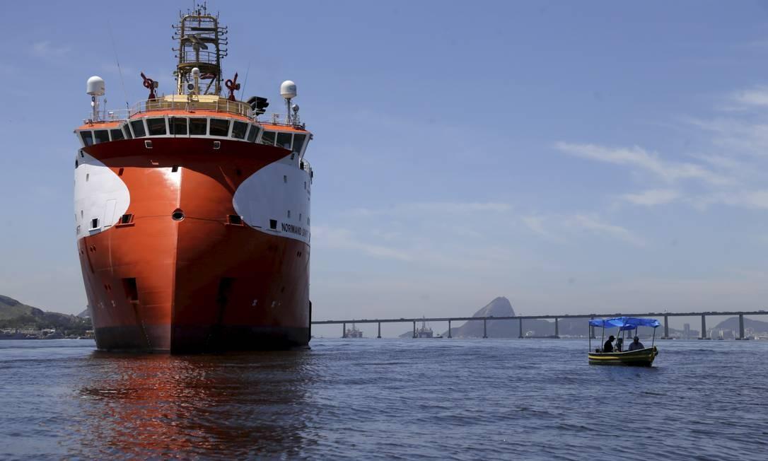 Vazamento de óleo na Baía de Guanabara e a grande quantidade de embarcações. Foto: Custódio Coimbra / Agência O Globo