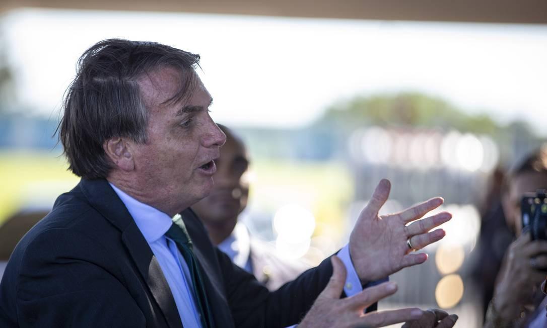 O presidente Jair Bolsonaro conversa com simpatizantes no Palacio da Alvorada Foto: Daniel Marenco / Agência O Globo