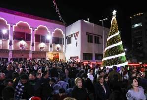Cristãos palestinos acompanham inauguração de árvore de Natal em Gaza, no dia 3 de dezembro. Comunidade é formada majoritariamente por cristãos ortodoxos Foto: MAHMUD HAMS / AFP