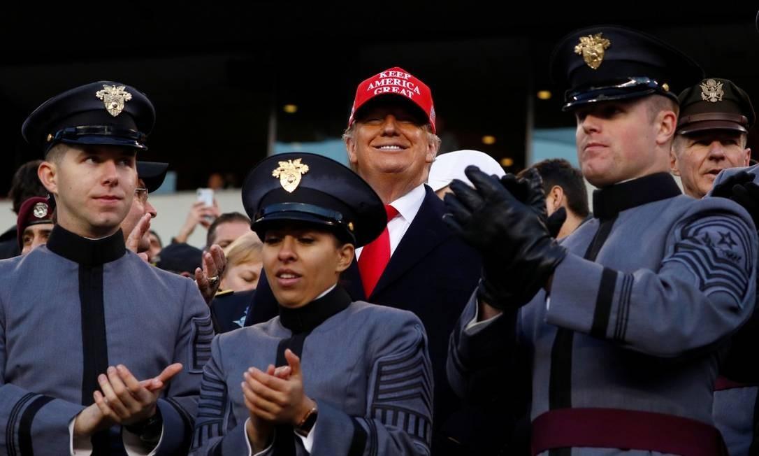 O preisdnete dos Estados Unidos em um jogo de futebol americano entre estudantes do Colégio Naval e Militar na Filadélfia, na Pensilvânia Foto: TOM BRENNER / REUTERS