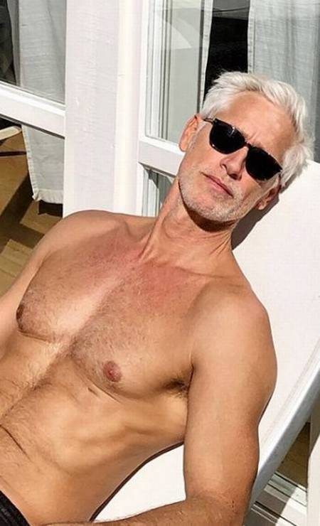 Dois mil e dezenove foi dos modelos acima dos 50 anos. Aos 54, o catarinense Jorge Gelati segue em alta na Europa, estrelando campanhas e desfiles nas semanas de moda, faz sucesso no Instagram e ainda ganha elogios de Cauã Reymond Foto: Reprodução/ Instagram