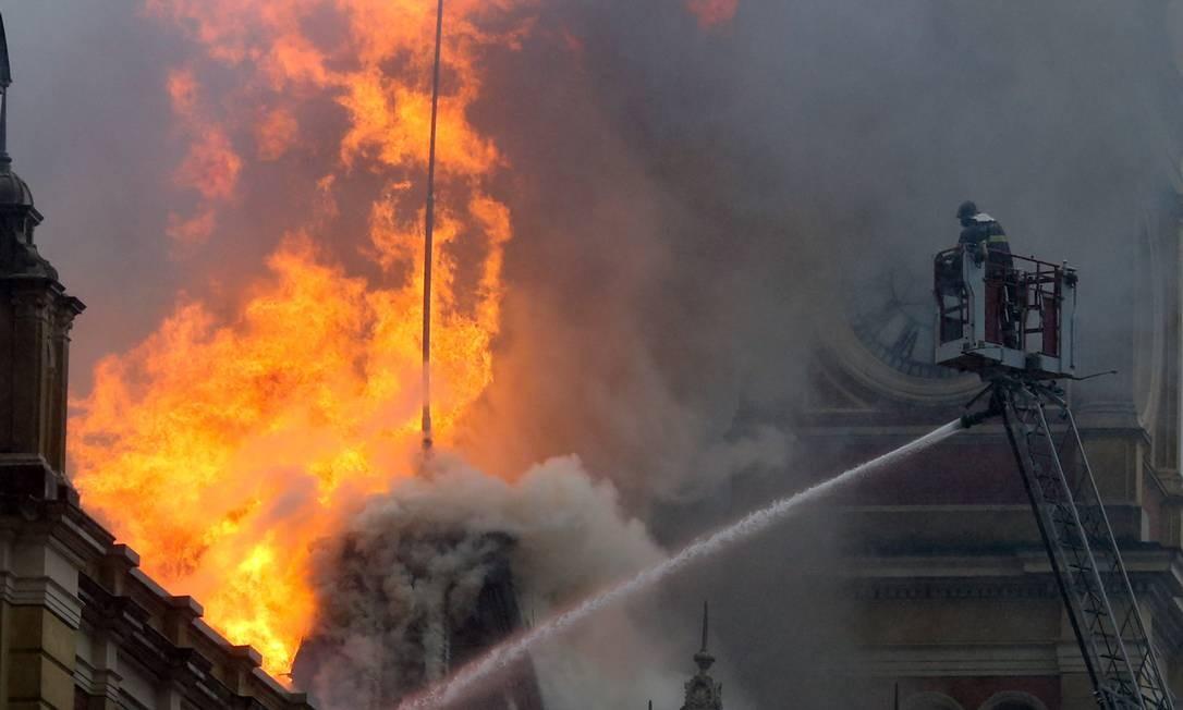 Segundo laudo do Instituto de Criminalística, o fogo foi causado por defeito em um dos holofotes do prédio. Um bombeiro civil morreu tentando combater o incêndio em dezembro de 2015 Foto: Pedro Kirilos - 21/12/2015 / Agência O Globo