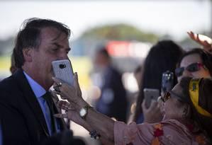 O presidente Jair Bolsonaro conversa com simpatizantes na saía do Palacio da Alvorada Foto: Daniel Marenco / Agência O Globo