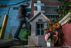 Homem passa por altar em memória ao jornalista mexicano Javier Valdez mmorto em Sinaloa, no México Foto: RASHIDE FRIAS / AFP