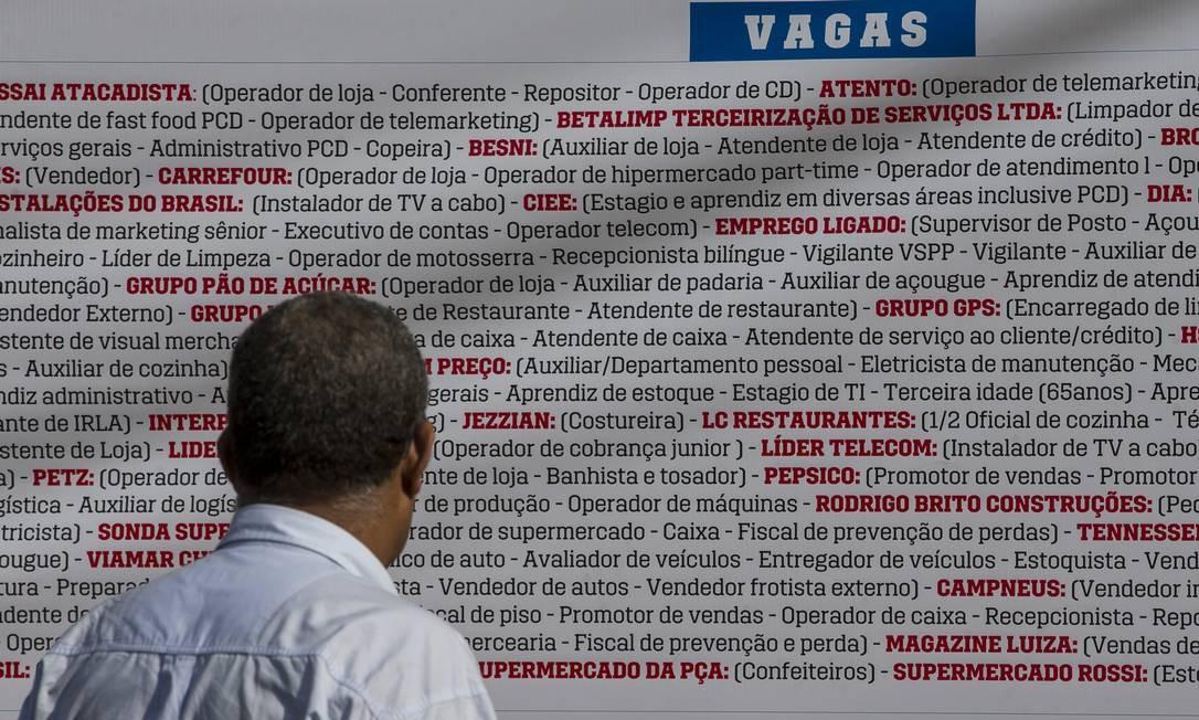 Desemprego: homem observa lista de vagas oferecidas por empresas Foto: Edilson Dantas / Agência O Globo