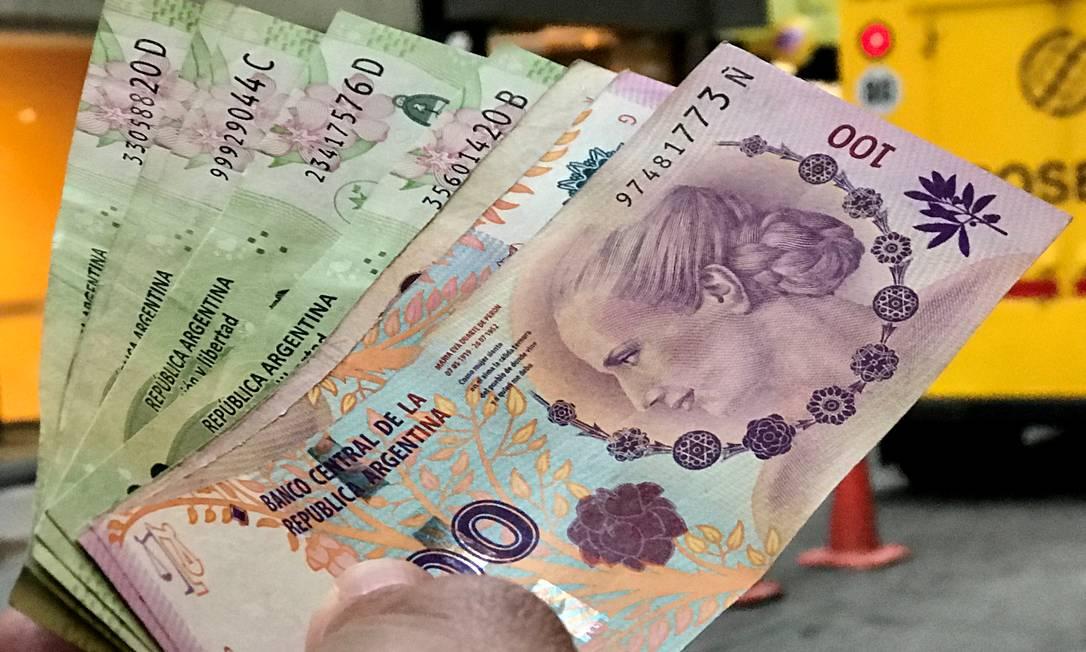 Pesos argentinos: ricos tentam manter recursos no estrangeiro. Foto: Marcos Brindicci / Reuters