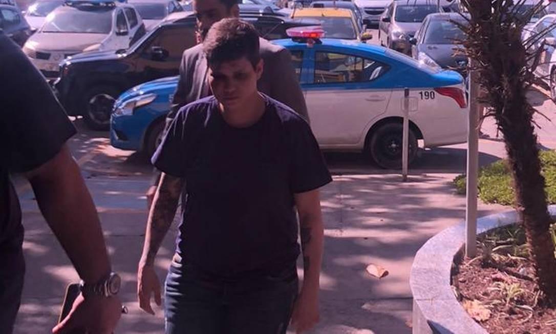 A youtuber chega à 16º DP, na Barra da Tijuca, para prestar depoimento Foto: Paolla Serra / Agência O Globo