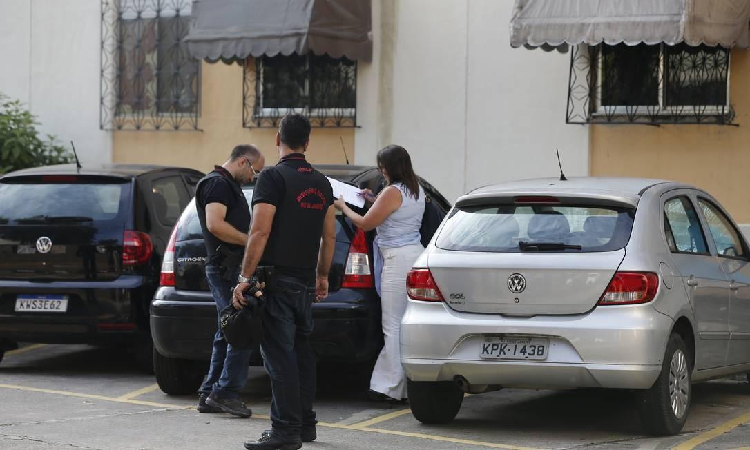Equipe do Ministério Público faz busca e apreensão no apartamento onde morava a filha de Queiroz, Evelyn Foto: Pablo Jacob / O GLOBO