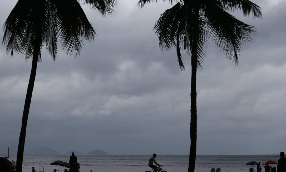 RI - Rio de Janeiro (RJ) 16/07/2019 - Tempo nublado e com chuva na Praia de Copacabana. Fotos: Pedro Teixeira / O Globo Foto: Pedro Teixeira / Agência O Globo