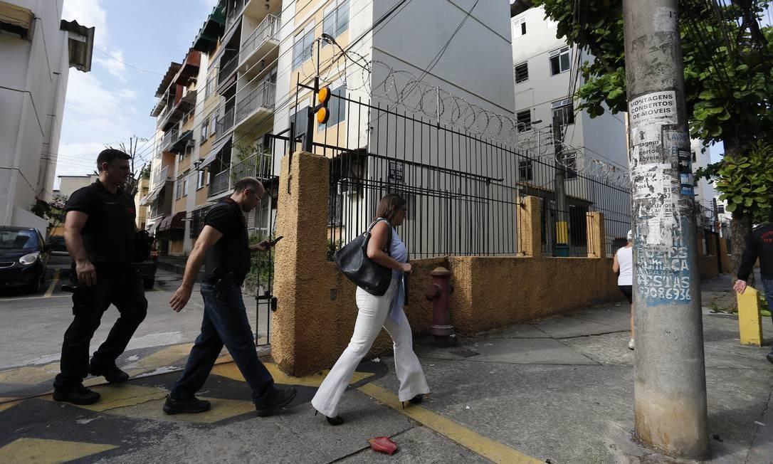 """Ao chegaram ao condomínio em Jacarepaguá, agentes foram informados na portaria que """"a pessoa (que mora atualmente) no apartamento não era o alvo da operação"""" Foto: Pablo Jacob / Agência O Globo"""
