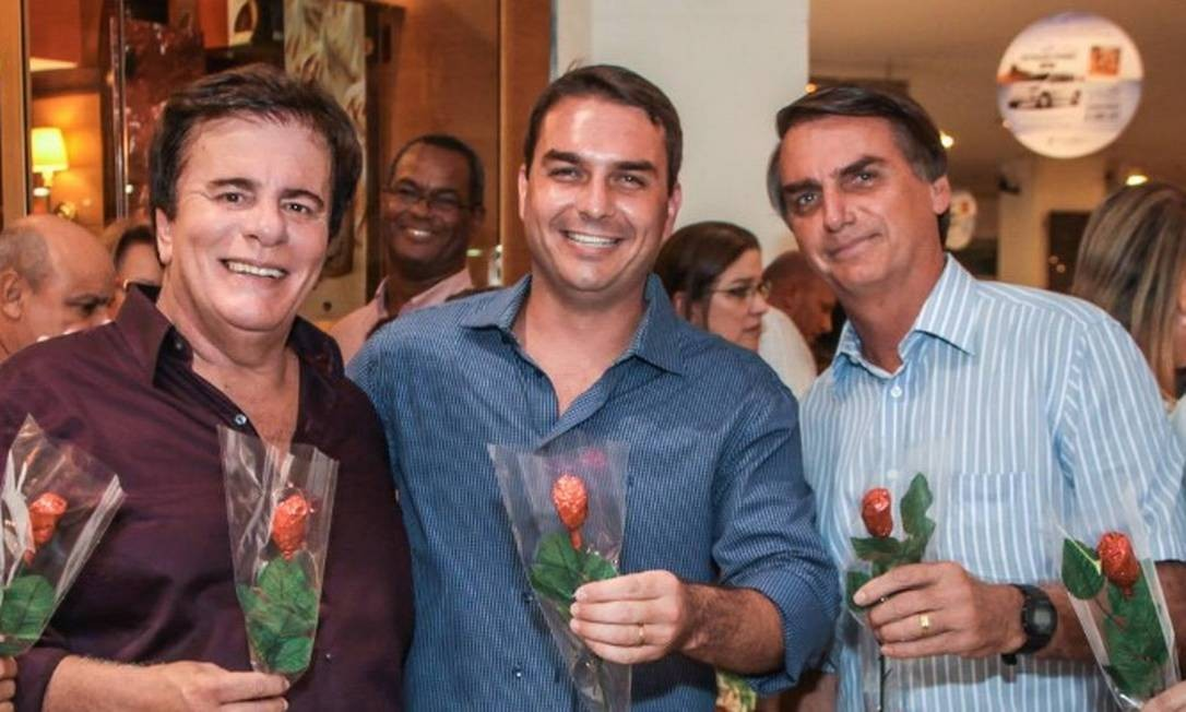 O senador Flávio Bolsonaro durante inauguração de sua loja de chocolates, em shopping do Rio Foto: Reprodução/Facebook