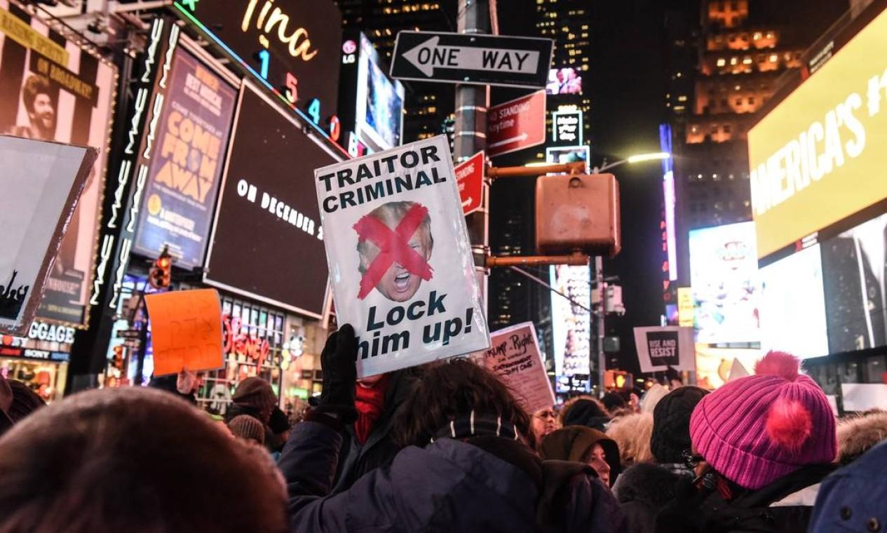 A Times Square, em Nova Iorque, foi tomada por manifestações conrta Trump, na noite deste terça-feira Foto: Stephanie Keith / Getty Images / AFP