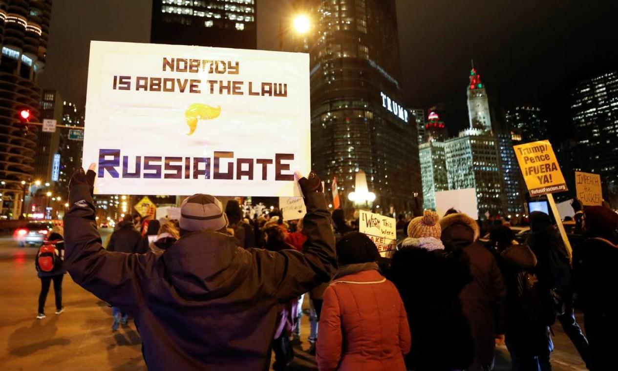 """""""Ninguém está acima da lei. RussiaGate"""", diz o cartaz, em referência ao caso conhecido como Watergate, escândalo que culminou na renúncia do presidente Nixon, em 1974 Foto: Kamil Krzaczynski / Reuters"""