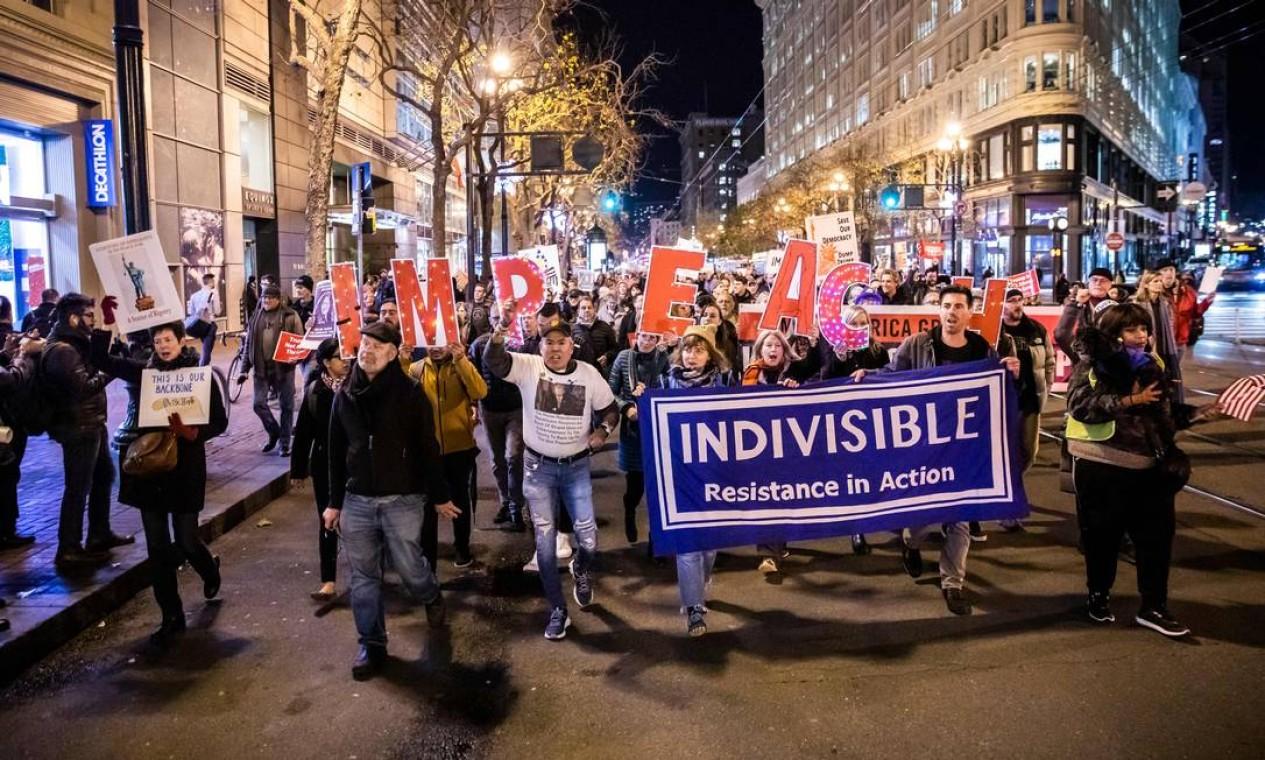 Centenas de manifestantes marcham pelo impeachment perto doFederal Building em São Francisco na noite de terça Foto: Philip Pacheco / AFP