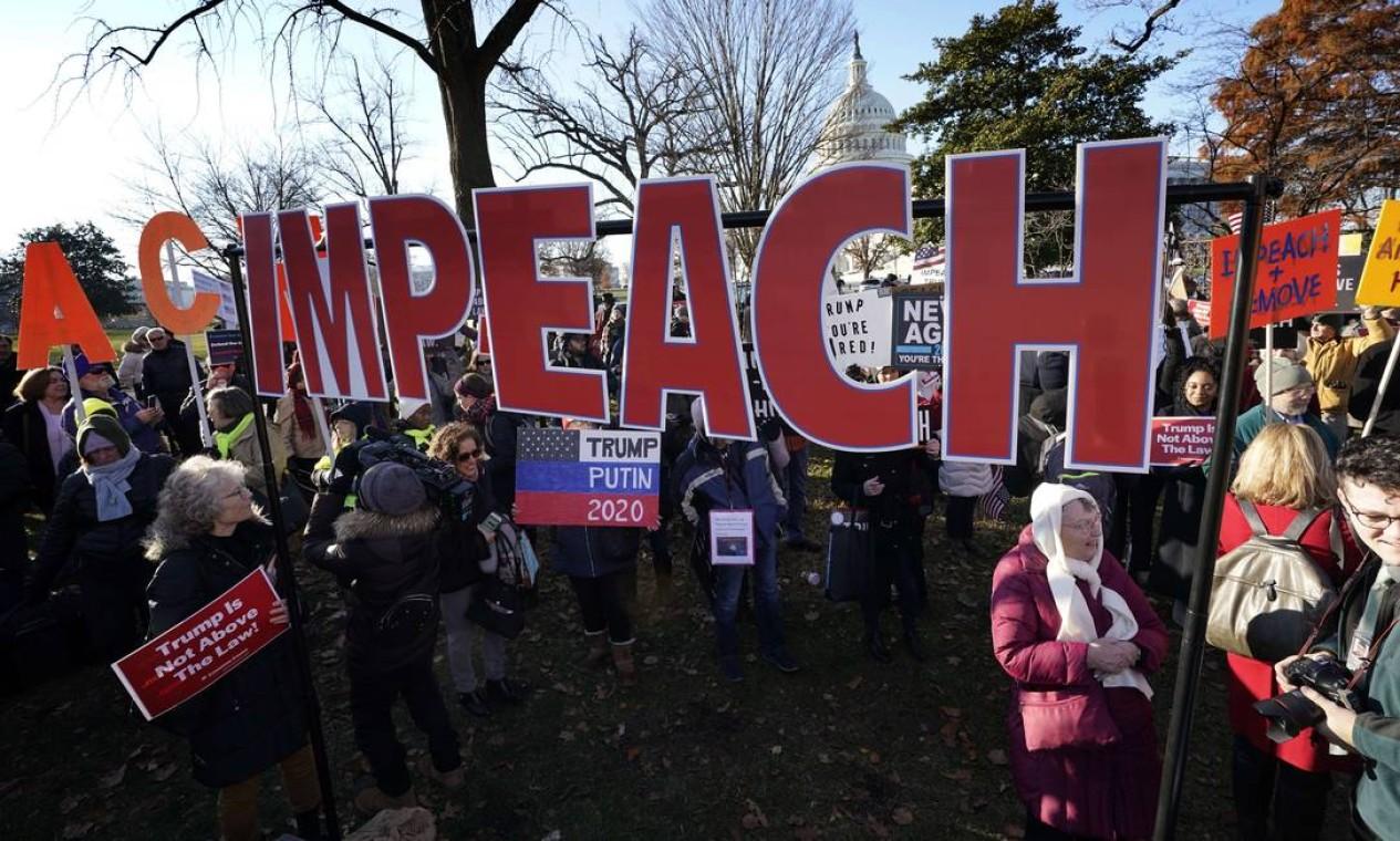 Centenas de pessoas se reuniram em frente ao Capitólio dos EUA para pedir o impedimento de Trump. Câmara abriu votação do processo nesta quarta-feira Foto: Win McNamee / Getty Images / AFP
