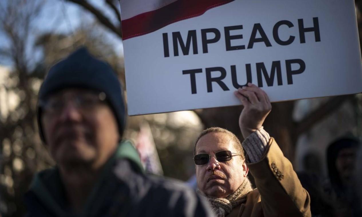 Centenas de pessoas se reuniram em frente ao Capitólio dos EUA para pedir o impedimento de Trump. Câmara abriu votação do processo nesta quarta-feira Foto: Drew Angerer / Getty Images / AFP