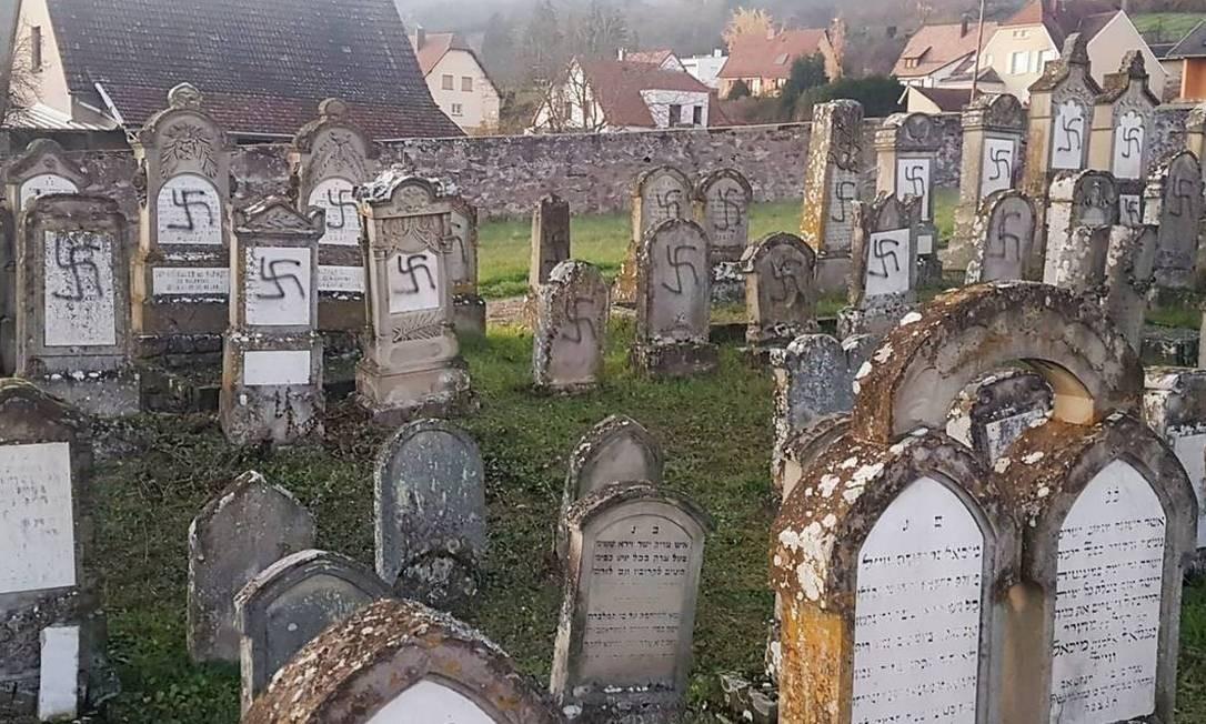Ao menos cem túmulos apareceram pichados com cruzes suásticas nesta terça-feira no cemitério judeu de Westhoffen Foto: Foto: Prefecture du Bas-Rhin / AFP