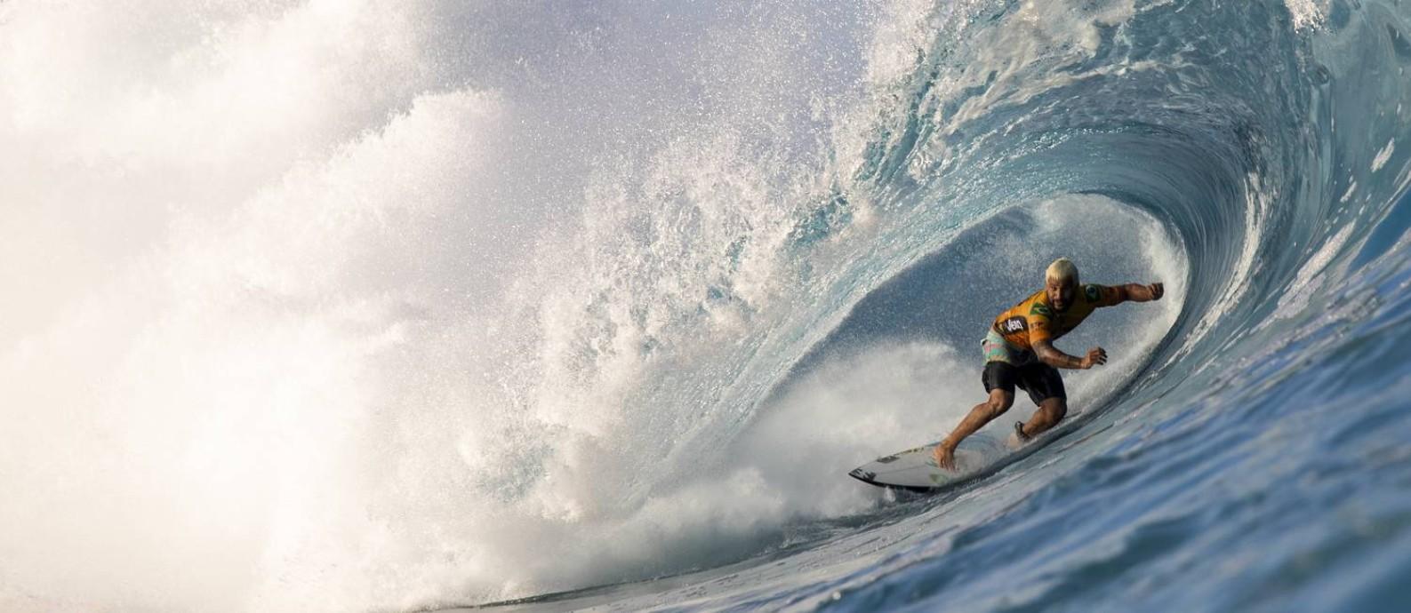 Italo Ferreira entubando em Pipeline Foto: Tony Heff / WSL via Getty Images