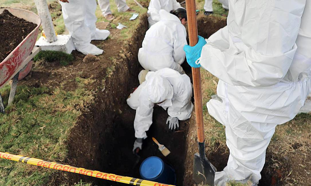 Especialistas cavam em cemitério em Las Mercedes, no sul da Colômbia, onde vala comum escondia mais de 50 corpos Foto: HO / AFP