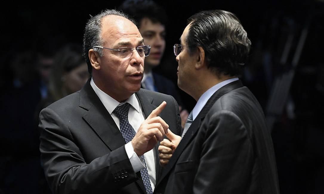 O líder do governo, Fernando Bezerra Coelho, conversa com senador Eduardo Braga (MDB-AM) Foto: Jefferson Rudy / Agência Senado