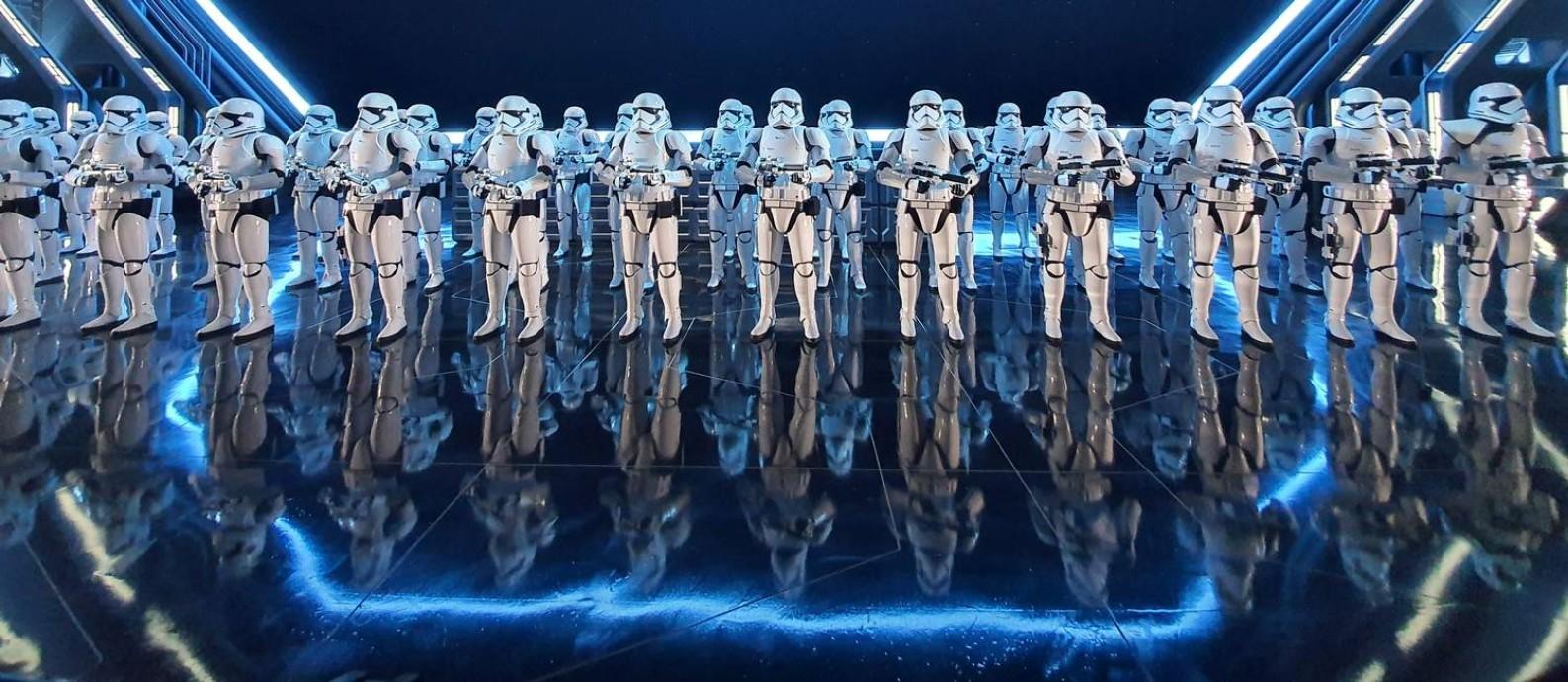 """Stormtroopers enfileirados num dos ambientes de Star Wars: Rise of the Resistance, a mais nova atração da área dedicada a """"Star Wars"""" na Disney de Orlando Foto: Marcelo Balbio / O GLOBO"""