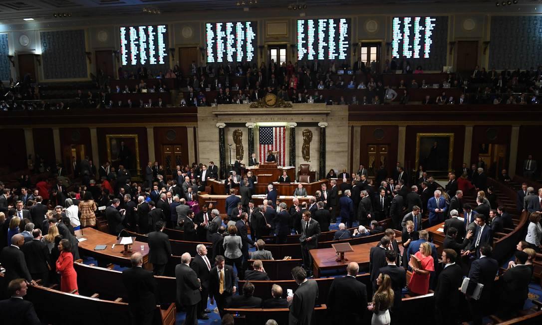 Deputados da Câmara dos EUA aprovaram as duas acusações contra Donald Trump no processo de impeachment. Dois democratas votaram a favor do presidente na primeira acusação e três na segunda Foto: SAUL LOEB / AFP