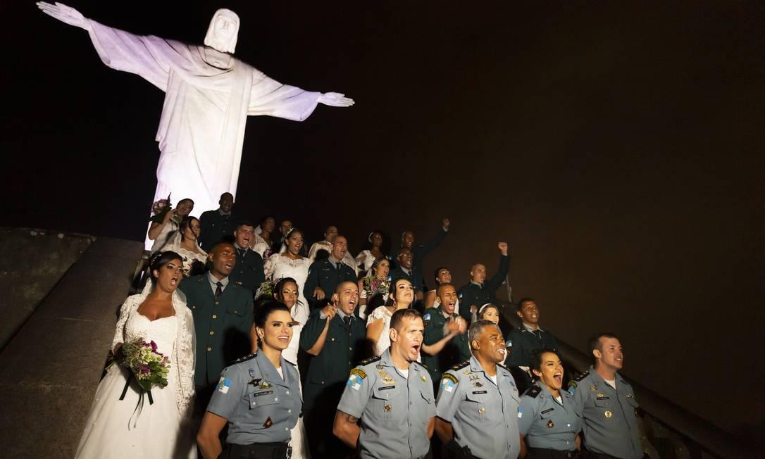 Oficiais da PM alinhados com os noivos no alto do Corcovado Foto: Leo Martins / Agência O Globo