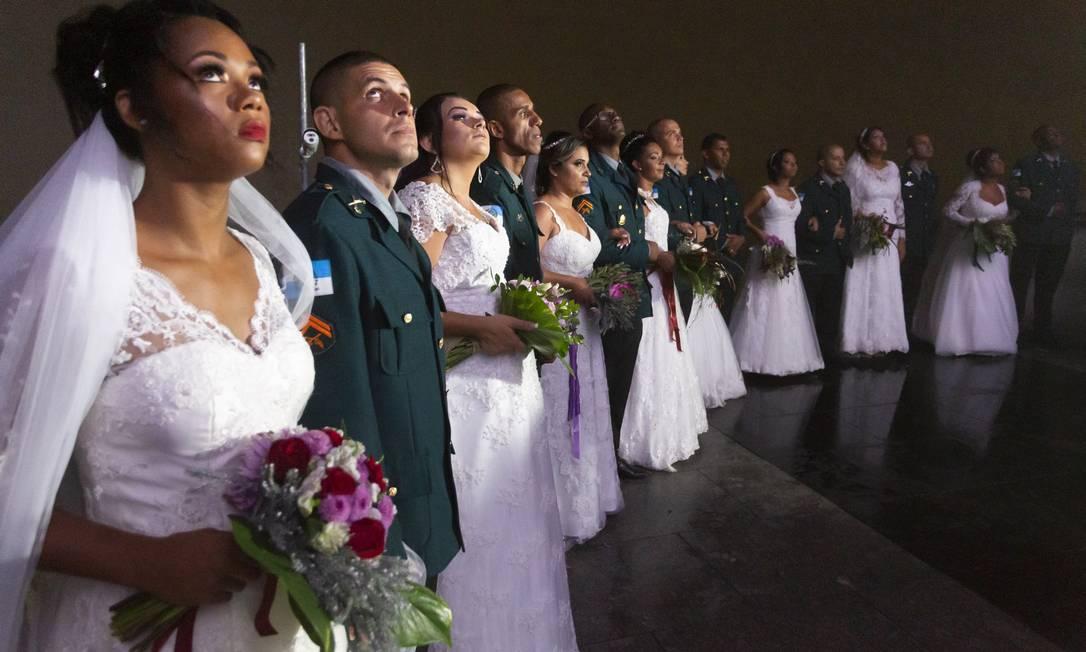 Olhos para o alto: casais admiram a grandeza e a beleza da imagem do Cristo Redentor Foto: Leo Martins / Agência O Globo