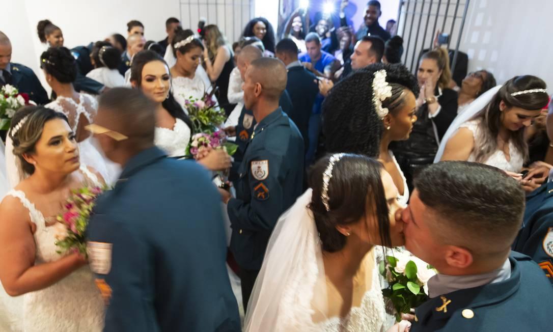 A oportunidade criada pela ação do Batalhão de Choque comoveu os casais Foto: Leo Martins / Agência O Globo