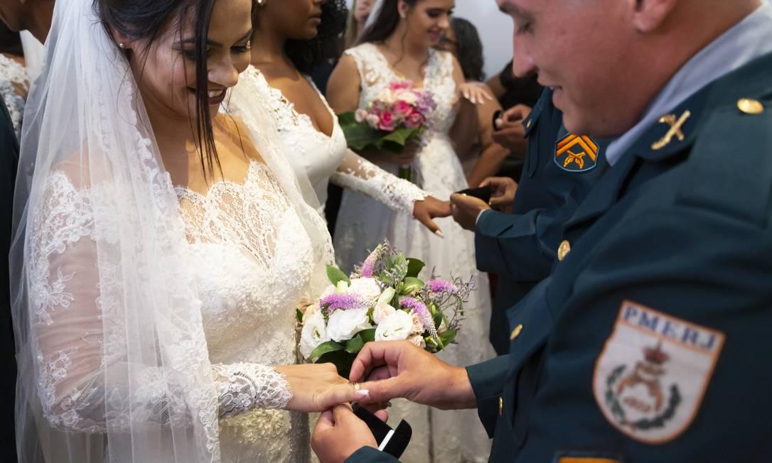 Além de realizar um sonho, a formalização da união garente direitos às famílias dos policiais Foto: Leo Martins / Agência O Globo
