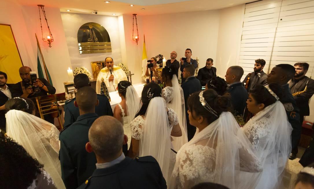 O casamento coletivo foi uma ação do setor de Comunicação do Batalhão de Choque da PM, em parceria com a produtora de eventos Verônica Lopez e 47 empresas Foto: Leo Martins / Agência O Globo